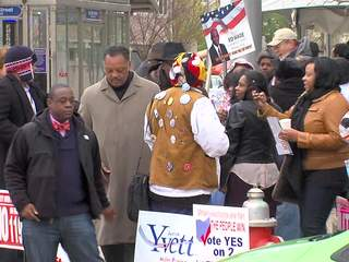 Rev Jesse Jackson in Crowd SOT - Early Voting at CLE BOE
