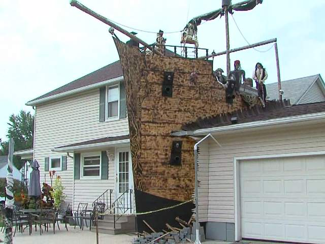 Pirate ship halloween decorations thrill neighbors on - Decoration maison halloween ...