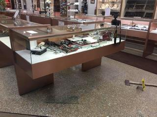 Jewelry store worker shot during robbery