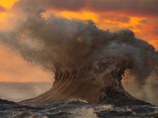 Breathtaking 'liquid mountains' on Lake Erie