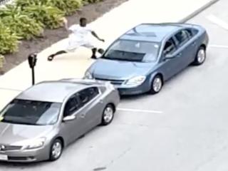 Man breaks window with concrete, steals purse